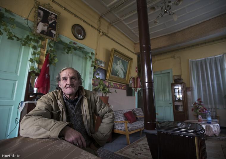 Ihsan Adnan Ercan szándékosan ül ilyen közel a kamerához: beszámolót tart arról, hogy mit keres egy hotelben 25 hosszú éve, és miért nem hajlandó elhaladni onnan