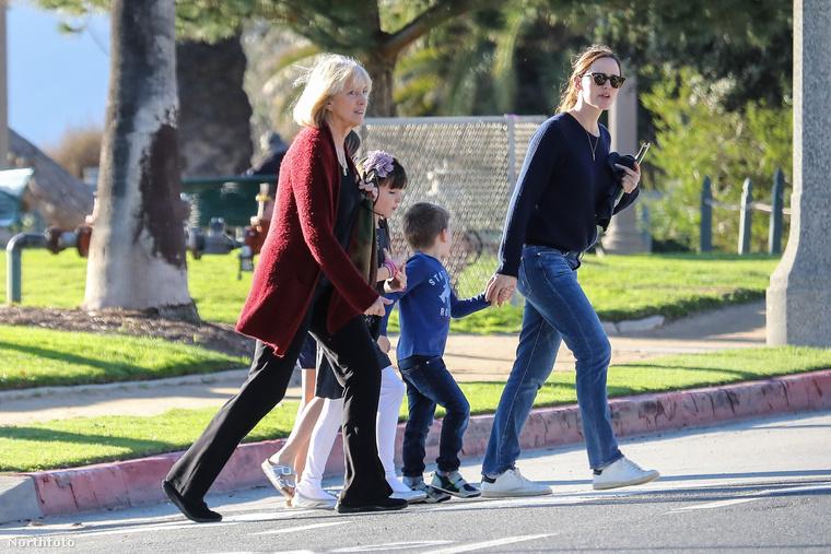Legközelebb remélhetőleg Ben Affleck is ott lesz a közös családi programon és jó apához méltóan megoldja a problémát.                         Viszlát!