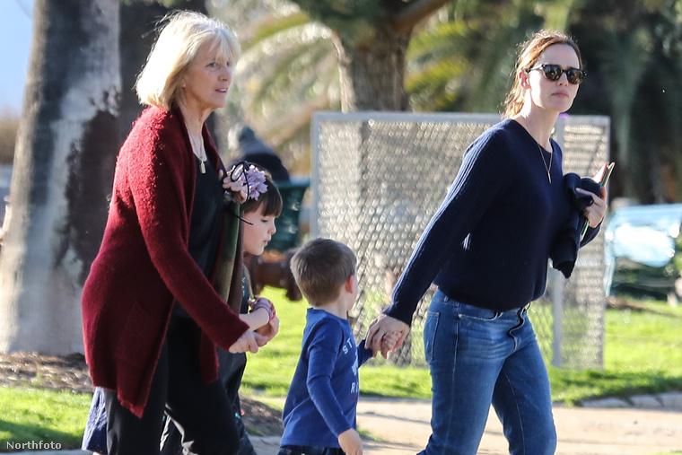 Jennifer Garner másik lánya helyett viszont egy idősebb szőke nő tűnt fel.Ő lenne az új babysitter?