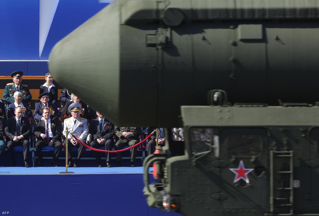Vlagyimir Putyin, Medvegyev és egy Topol ballisztikus rakéta a 2013-as moszkvai katonai parádén