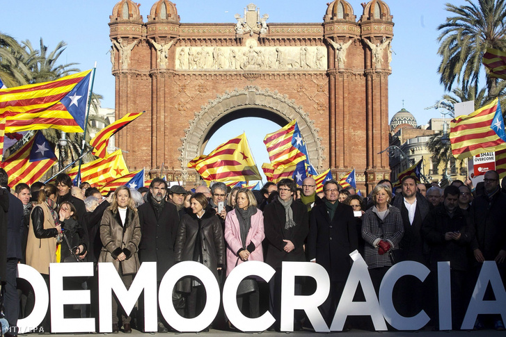 Carles Puidgemont jelenlegi (k jobbról) Artur Mas volt katalán elnök (j3) Carme Forcadell a katalán parlament elnöke (k) Joana Ortega volt katalán alelnök (b) és Irene Rigau korábbi regionális miniszter (j2) érkezik egy barcelonai bíróságra 2017. február 6-án ahol kezdetét veszi az Artur Mas volt katalán kormányfõ ellen a függetlenségi népszavazás megrendezése miatt indított per.