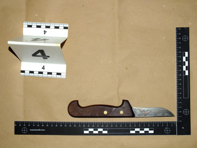 Ezt a kést tartotta az ágya mellett S. László, amit használt is.