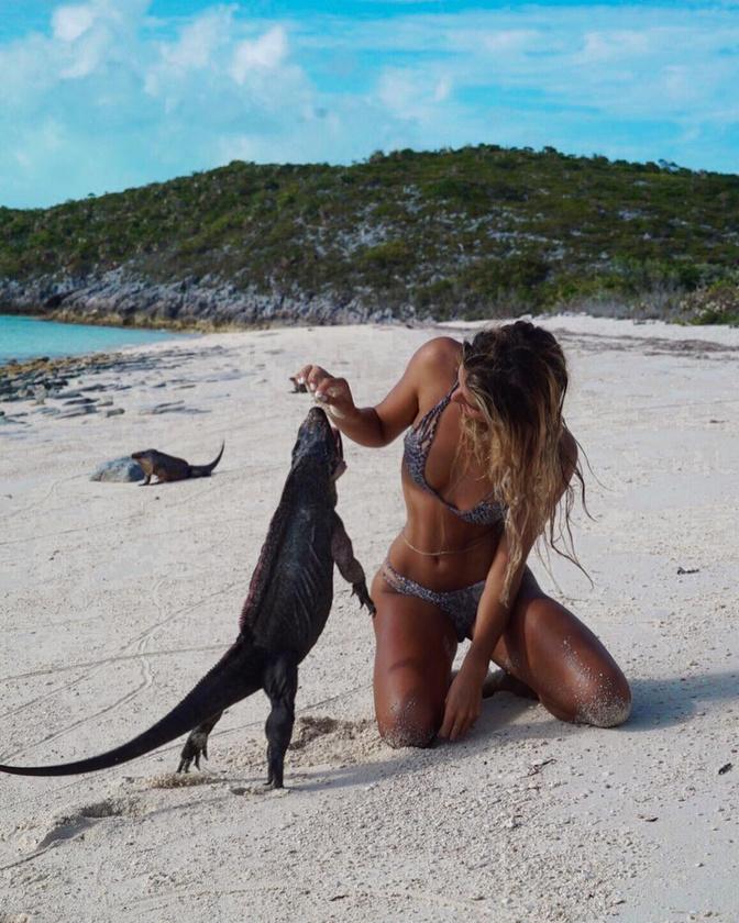 Az ausztrál lány annyira lehetetlenül dögös, hogy csak teljes agykapacitásának mozgósítóval lehet esélye, hogy észrevegye a képein tébláboló jószágokat.