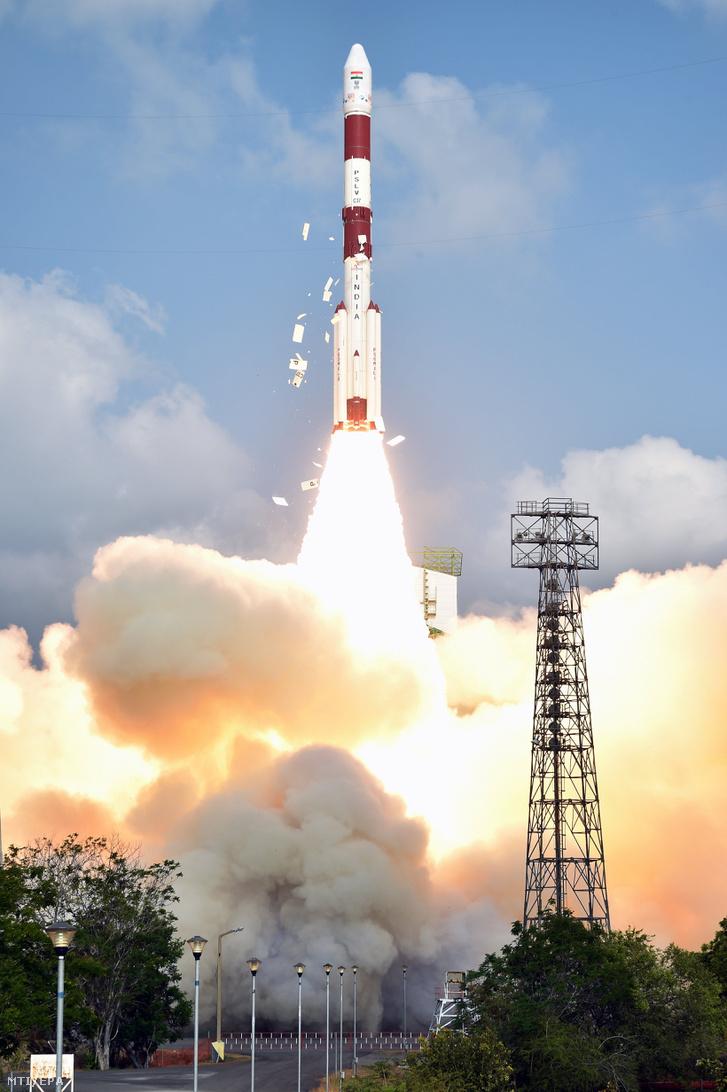 Az Indiai Űrkutatási Szervezet (ISRO) által közreadott képen a Polar Satellite Launch Vehicle (PSLV-C37) nevű űrrakéta látható amint levegőbe emelkedik a dél-indiai Andhra Prades államban fekvő Szriharikota város Szatis Dhavan Űrközpontjában 2017. február 15-én.