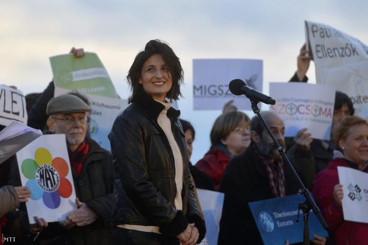 Szert Boglárka az Antall József Tudásközpont elbocsátott irodavezetője a Tanítanék Mozgalom Most mirajtunk a sor címmel meghirdetett demonstrációján a Kossuth téren 2017. február 5-én.