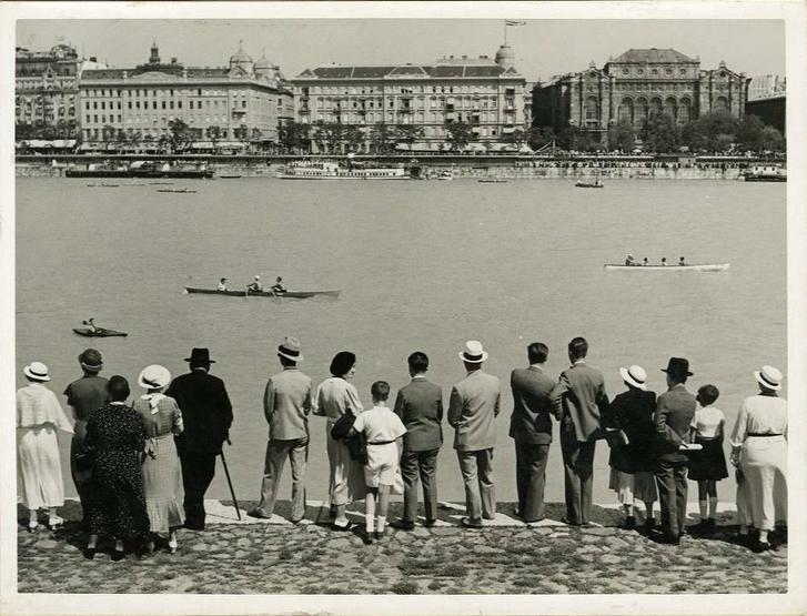Vízi sport a Dunán: evezősök és egy kajakos a Vigadó előtt, 1935-ben