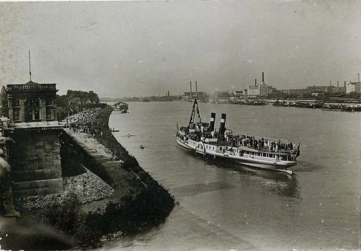 """Regatta a Dunán, a Margitsziget északi végénél, valamikor az 1910-es években. A közönség a szigetről és az """"úszó tribünről"""", vagyis a gőzhajóról figyeli a versenyt"""