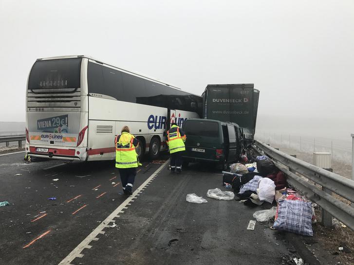 Ütközésben összetört járművek az M43-as autópálya Románia felé vezető oldalán Nagylak közelében