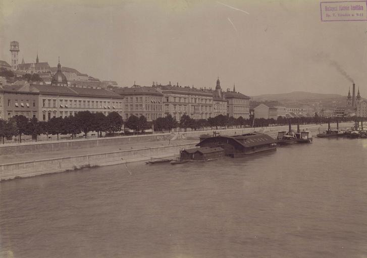Uszoda a Dunán a Batthyány (Bomba) tér előtt 1894-ben