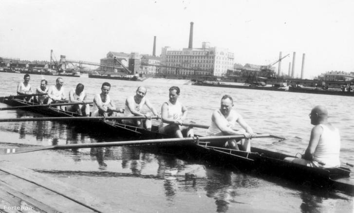 Evezősök a Margit-szigetnél. Háttérben az Újpesti rakpart a Victoria és Erzsébet gőzmalommal, 1930