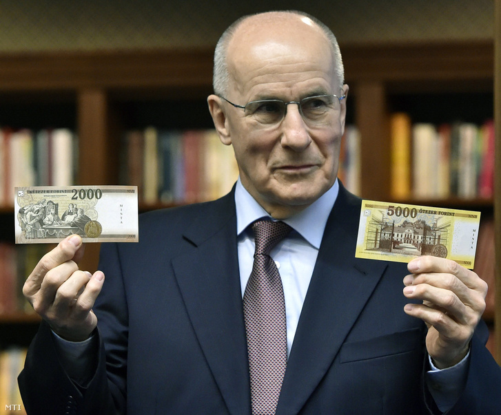 Gerhardt Ferenc, a Magyar Nemzeti Bank (MNB) alelnöke bemutatja az új 2000 és 5000 forintos bankjegyek mintáit