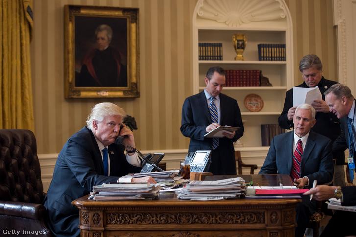 Donald Trump amerikai elnök első telefonos megbeszélését folytatja Vlagyimir Putyin orosz államfővel a washingtoni Fehér Ház Ovális Irodájában