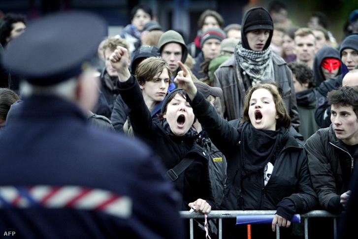 Tüntetők tiltakoznak a hollandiai és Európai Unió integrációs politika ellen Groningenben 2004. november 10-én, az EU-tagállamok bevándorlási ügyekkel foglalkozó minisztereinek kétnapos találkozójának első napján.