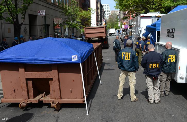 FBI-nyomozók a sikátorban 2012-ben, ahol Hernandez hagyta a Etan holtestét.