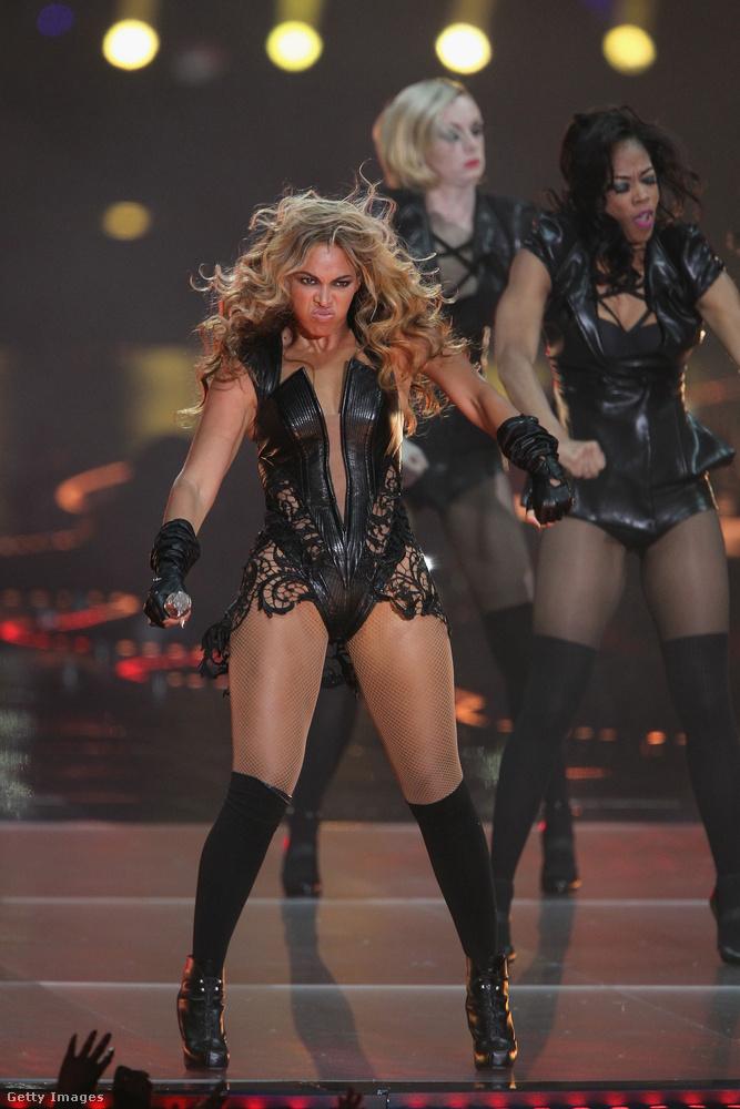Vegyük például Beyoncé 2013-as Super Bowl előadását, ami ugye kéet dolog miatt vált emlékezetessé