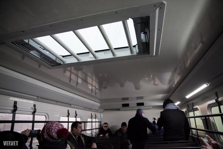 Az ablakokon és a tetőn is rácsok vannak