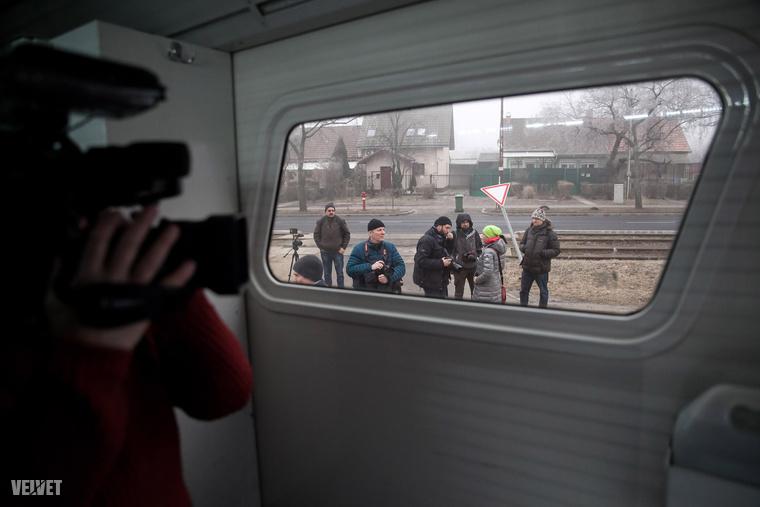 A sajtó munkatársait láthatóan fellelkesítette a rabszállító autó
