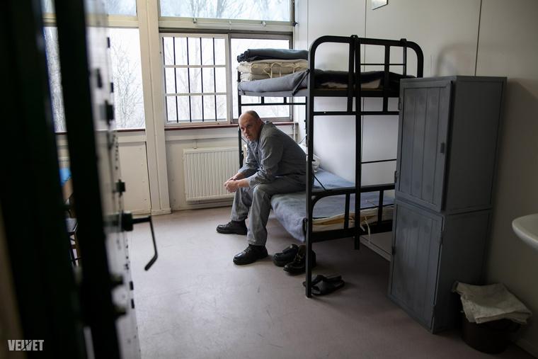 Reménykedtünk benne, hogy látunk igazi börtöncellát, de be kellett érnünk ezzel az úgynevezett mintacellával, és benne a mintarabbal.Itt gyakorolják a fegyelmezést a leendő őrök