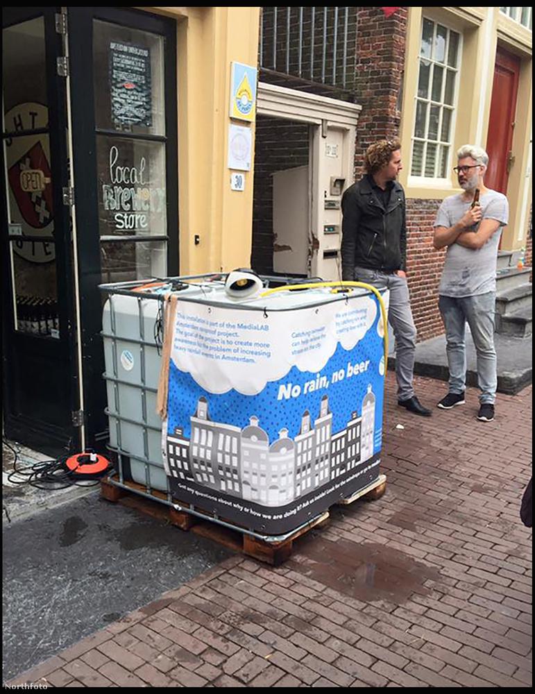 Az égből hullik az alapanyag az Amszterdami Egyetem területén kirakott 500 literes tartályokba.