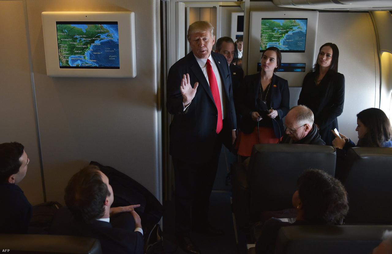 """Trump elnöksége második hetének végére belefutott az első komolyabb akadályba, miután egy seattle-i szövetségi bíró azonnali hatállyal és országos szinten felfüggesztette az egy héttel korábban meghozott beutazási rendeletét. Trump Twitteren nekiment az """"úgynevezett bírónak"""", az igazságügyi minisztérium pedig hivatalos fellebbezést is beadott a döntés ellen. Azonban a háromtagú fellebbviteli tanács elutasította a kérelmüket. Trump egyik tweetjéből úgy tűnt, hogy a legfelsőbb bíróságra vihetik tovább az ügyet - nem sokkal korábban kiderült, kit javasol a tavaly megüresedett kilencedik helyre -, de aztán bejelentette, hogy a bíróság kifogásai mentén fazonírozott új elnöki rendeletet ad ki."""