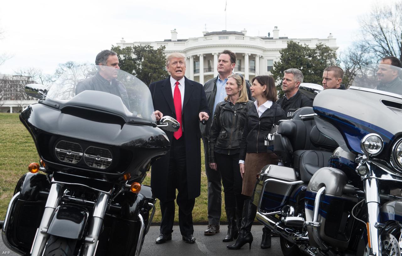 Donald Trump a Harley Davidson vezetőivel is találkozott a Fehér Ház előtt.