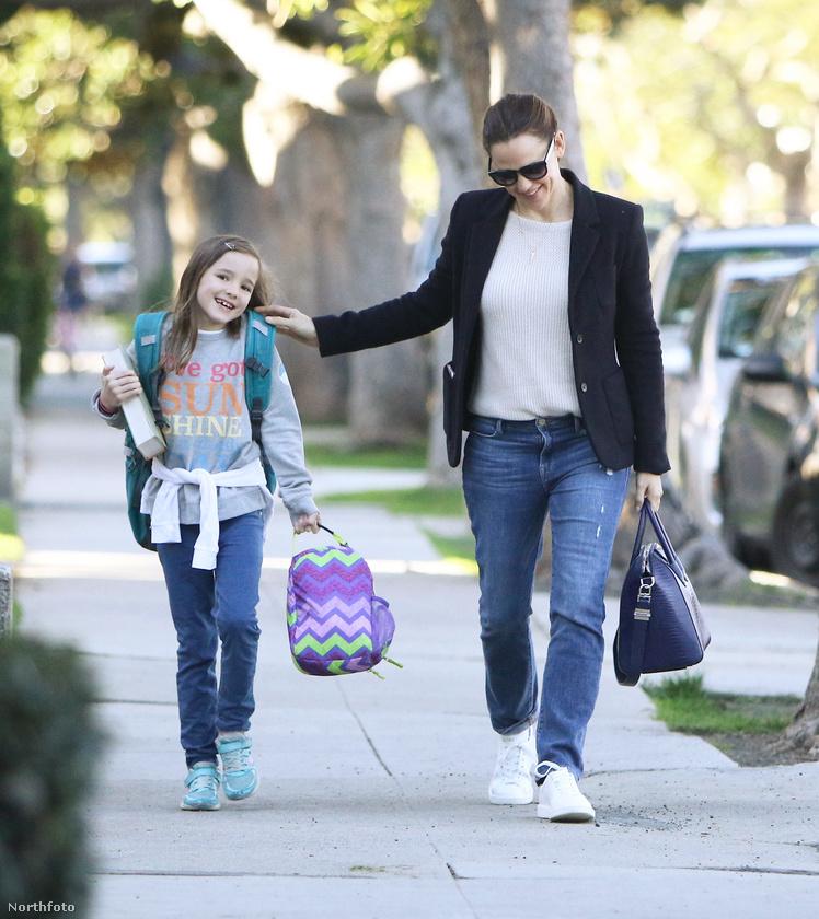 Ilyen jó hangulatban ment suliba anyjával, Jennifer Garnerrel az egyik reggel.