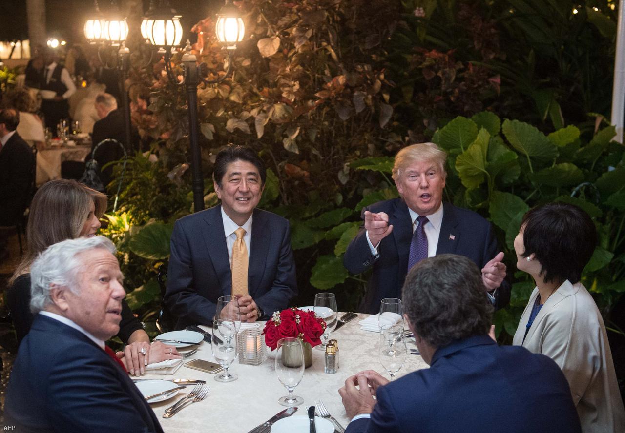 Trump éppen a floridai golfklubjában vacsorázott az amerikai látogatásra érkező japán miniszterelnökkel, Abe Sinzóval, amikor érkezett a hír, hogy Észak-Korea egy közepes hatótávolságú rakétát lőtt ki, így több száz vendég nézhette végig a rögtönzött stratégiai megbeszélést. A korábbi észak-koreai rakétatesztek sorába illeszkedő hétvégi kilövéssel Kim Dzsongunnak elsősorban a figyelemfelkeltés lehetett a célja, míg Trump feltűnően visszafogottan reagált. Viszont a szokásos éves, Dél-Koreával közös hadgyakorlat keretében komoly arzenált vonultat majd fel az Egyesült Államok a koreai partok közelében. Mindenesetre Trump reakciói ebben az esetben ellentétben álltak azzal, ahogy Irán rakétatesztjét ítélte el hangosan néhány héttel korábban, és új szankciókat is bevezettek Teherán ellen.