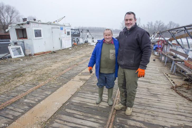 Fajta János (b) és Lévai Zoltán, a tiszai jégzajlásban Tiszacsegéről elsodródott komp üzemeltetői a jármű fedélzetén, miután azt egy jégtörő hajó a Kiskörei vízerőmű téli hajótárolójába vontatta