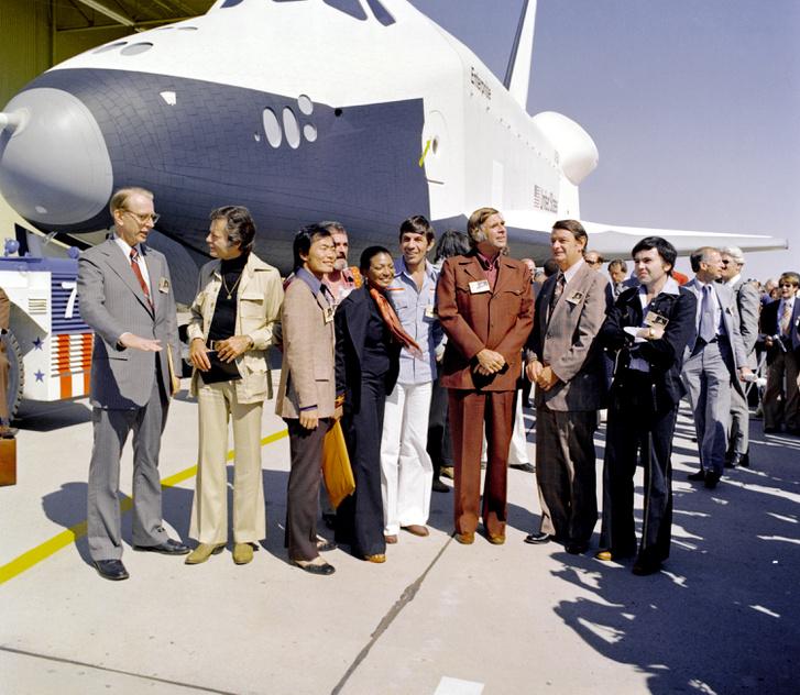 1976. szeptember 17.: az Enterprise űrsikló hivatalos születésnapján (azaz amikor a Rockwell palmdale-i gyárából ünnepélyes körülmények között kigurították) rengeteg híresség megjelent, itt látható például James D. Fletcher NASA-igazgató (bal szélen) társaságában a Star Trek sorozat több szereplője is, amint összeállnak egy csoportképhez. Balról jobbra a színészek: George Takei (Mr. Sulu), James Doohan (Mr. Scott), Nichelle Nichols (Uhura tizedes), Leonard Nimoy (Mr. Spock), Gene Rodenberry (forgatókönyvíró) és Walter Koenig (Pavel Chekov).