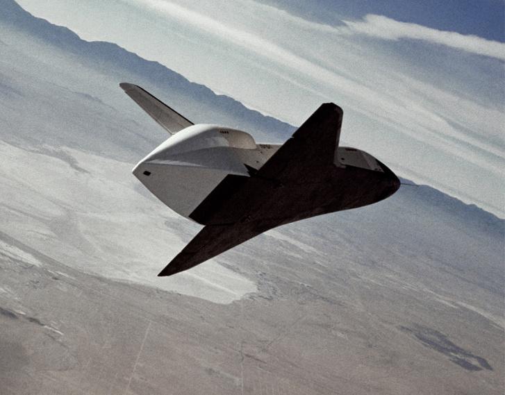1977. szeptember 13. Az Enterprise megközelíti a landolóhelyet. Jól megfigyelhető a függőleges vezérsík alatt, a hajtóművek helyére fölerősített farokkúp, ami a légörvények esetleges rossz hatását volt hivatott kivédeni.