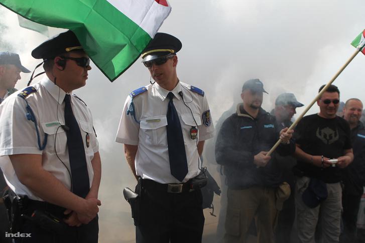 Balra a rendezvényt biztosító rendőrök, jobbra tüntető rendőrök a 2011-es demonstráción a Kossuth téren.