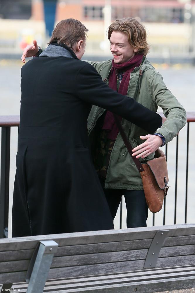 Íme a film két főszereplője, a 26 évesen még mindig kölyökképű Thomas Brodie-Sangster és Liam Neeson