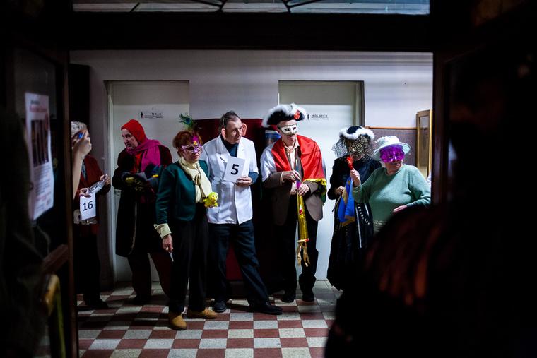Idén is megrendezték a hagyományőrző farsangi bált a Ferencvárosi Művelődési Központban, ahol a kerület nyugdíjasai megmutatták, hogy hogyan kell önfeledten mulatni hatvan felett