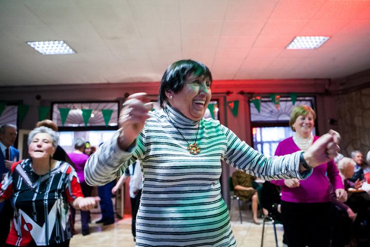 Ferencvárosban rengeteg program kínálkozik a nyugdíjasoknak, például mikulásozás vagy szüreti mulatság, az álarcosbál pedig csak egy néhány éves kezdeményezés