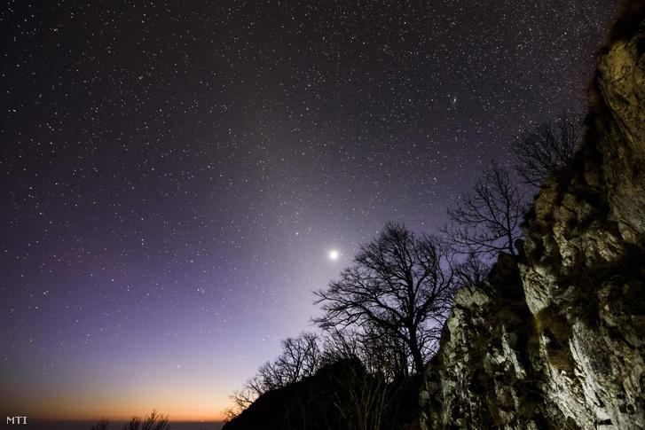 Az állatövi fény és a Vénusz a Három-kõ csúcsáról a Bükk-fennsíkon Felsõtárkány közelében 2017. február 16-án