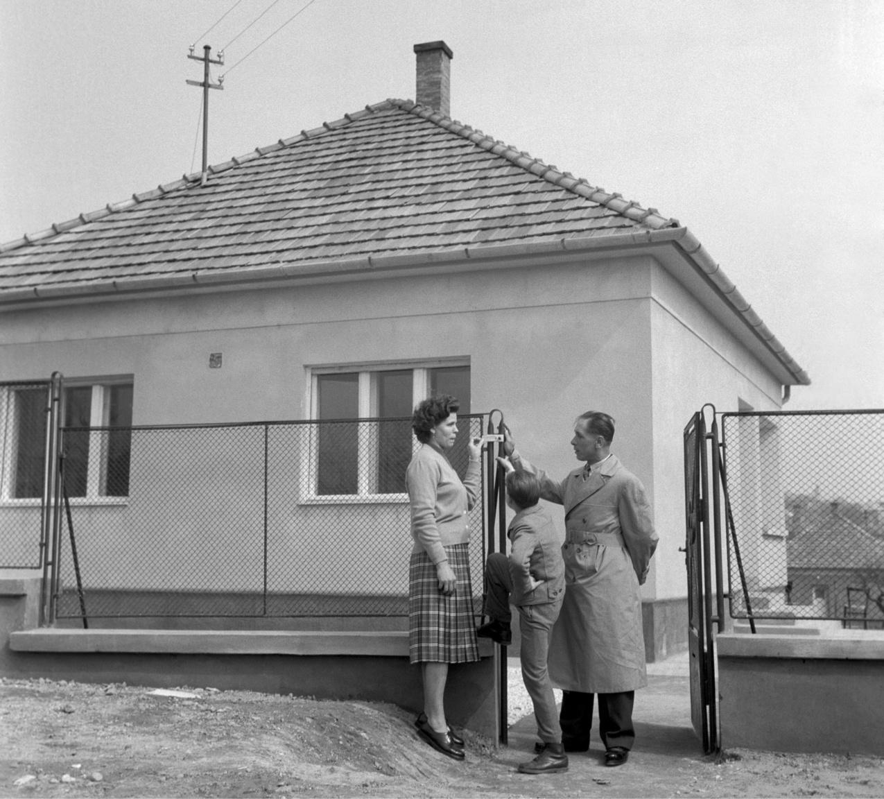 Mennyi boldogság fért bele az 1960-as évbe!Kiss Sándor rendőrfőhadnagy és családja a postásnő szomszédja lett a XI. kerületben.
