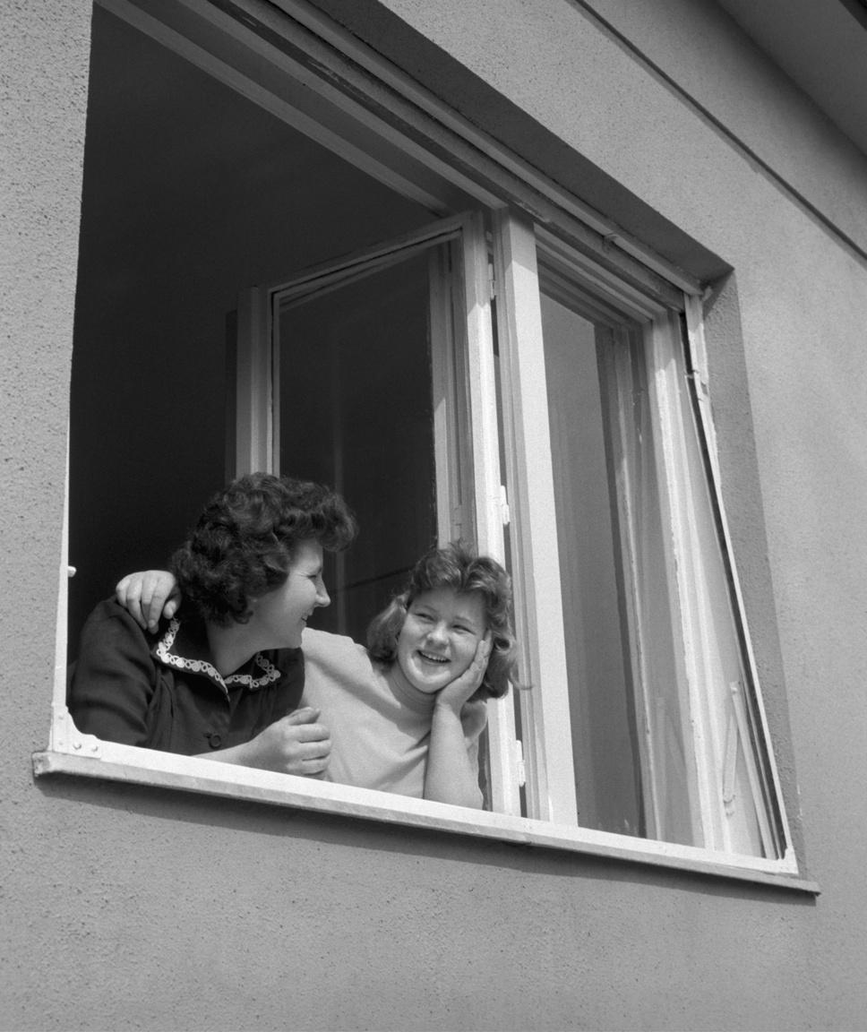 """Egy boldog nyertes és unokahúga 1960-bólSzabó Margit, a budapesti Postaigazgatóság dolgozója egy nem egészen hét hónap alatt felépített XI. kerületi családi házat nyert. Ha eddig nehéz volt a párválasztás, ezután az is könnyebb lett: """"A jó házassághoz nem kell hozomány; de jó, ha van lottószelvénye!"""" - nyugtatott a reklám."""
