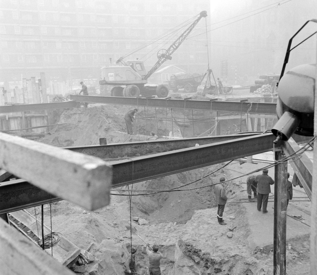 Az Üllői út és a Nagykörút kereszteződésénél álló ún. Lottóház előtt épül az aluljáró 1970-ben 1957 júniusától az összkomfortos öröklakás lett a lottó a fő tárgynyereménye. Országszerte épültek az ún. Lottóházak, Lottó-lakótelepek, de lehetett nyerni bárhol felépíthető családi házat is. Az Üllői út és a Nagykörút sarkán, a forradalom romjain 1961-ben felhúzott sokemeletes lottópalota már a harmadik volt Budapesten a Mártírok úti (ma Margit körút) és a Múzeum körúti után.
