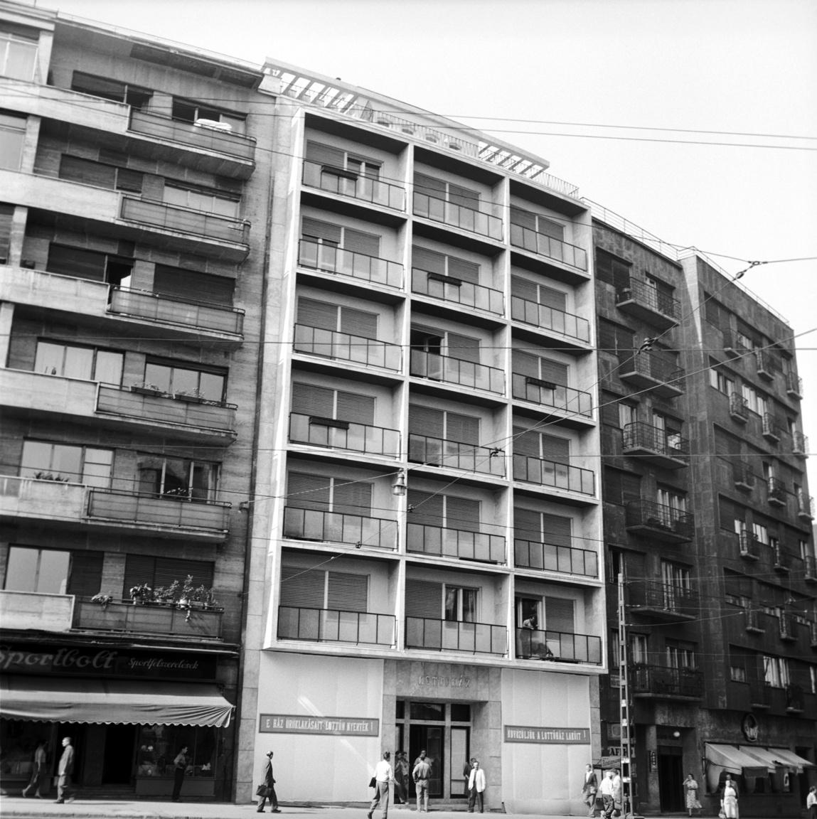 Az első Lottóház a Mártírok útján (ma Margit körút), nem sokkal az átadás előtt 1958-banA 7 emeletes ház mintegy 4 millió forintos költséggel, 14 hónap alatt készült el, természetesen a határidő előtt. Húsz lottónyertes kapott kulcsot az egy vagy kétszobás, illetve a kisebb garzon öröklakásokhoz.