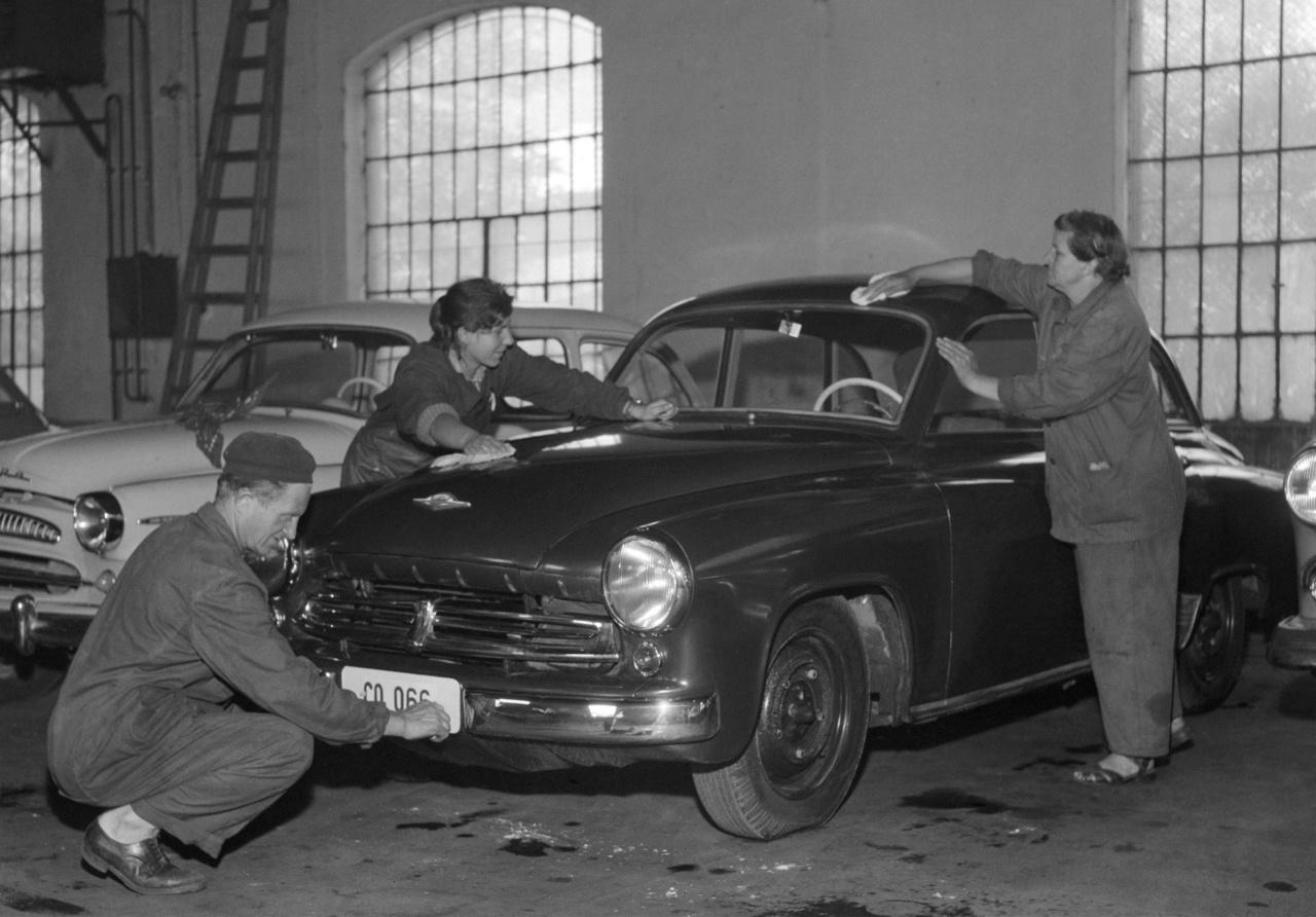 """Utolsó simítások a tárgynyeremény-sorsoláson gazdára talált Wartburgon 1957-benA kétütemű csodát a húszéves Szűcs Erzsébet szegvári textilgyári munkásnő nyerte. """"Egyelőre megtartom az autót és csak akkor adom el, amikor már bejártam vele az országot"""" - nyilatkozta a Népszavának."""
