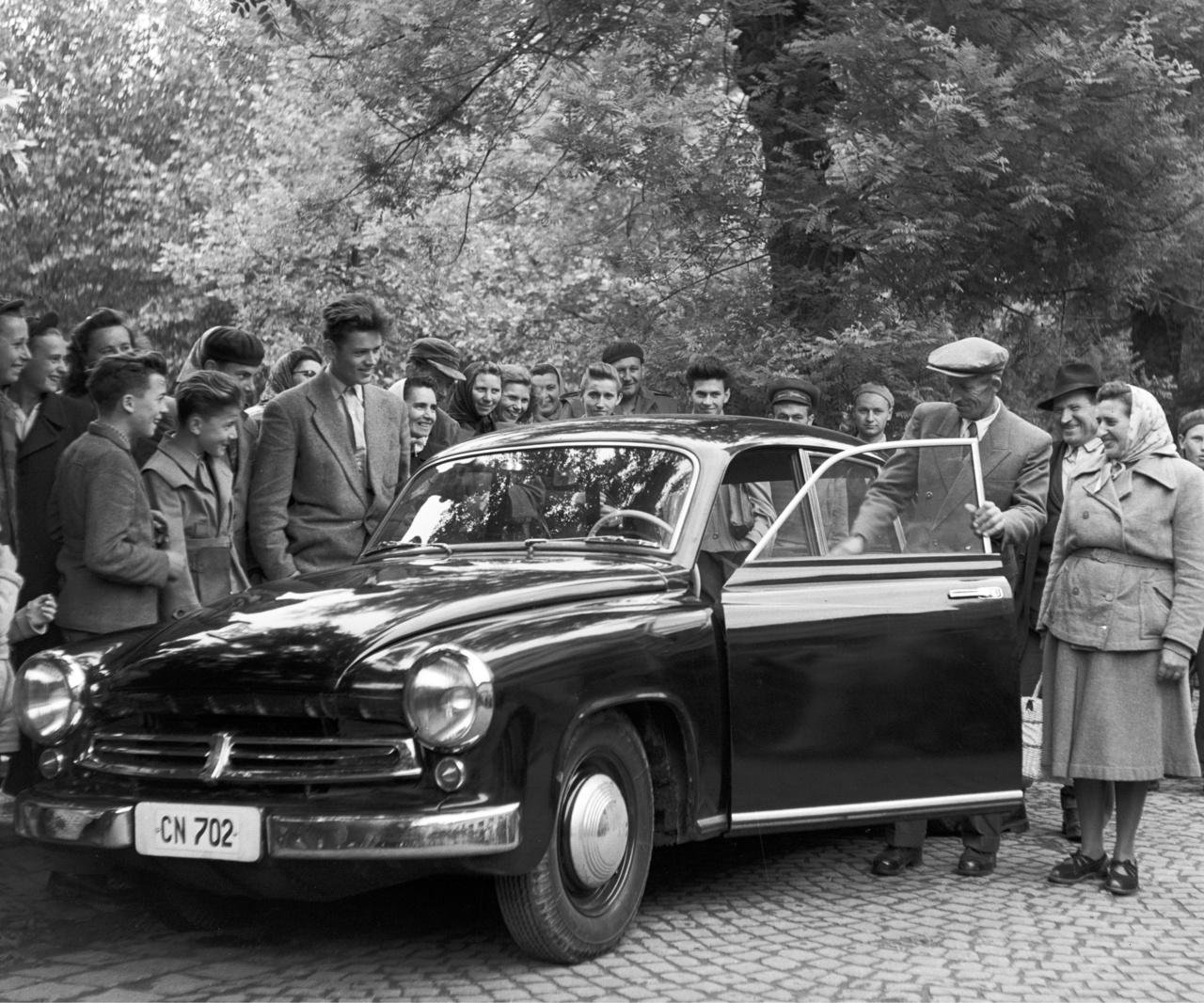 """Bobori Károly tsz-dolgozó szintén 1957-ben lett egy Wartburg tulajdonosaPedig nem is akarta, a mosoly csalóka. """"Legszívesebben kicserélném egy féltonnás teherautóra, úgy, hogy készpénzben kapjam meg az árkülönbséget"""" - mondta el a Népszavának."""