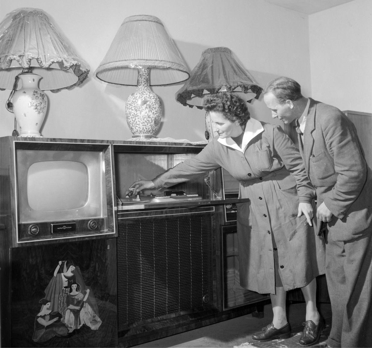 Kádár-kori luxus 1958-bólA Lottó Áruház a korabeli eleganciát a dauertől a fűzős cipőig megtestesítő eladónője mutatja a lottósorsoláson nyerhető, máskülönben egy átlagos állampolgárnak elérhetetlen tárgynyereményeket.