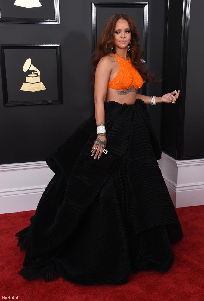 Rihanna is ott volt a 2017-es Grammy-díjkiosztón, és ő is emlékezetes szettben vonult végig a vörös szőnyegen