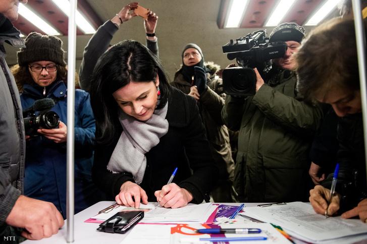 Kunhalmi Ágnes a Magyar Szocialista Párt budapesti elnöke aláír a Momentum Mozgalomnak a 2024-es nyári olimpia budapesti megrendezése elleni aláírásgyűjtésén a Nyugati téri aluljáróban 2017. január 17-én.