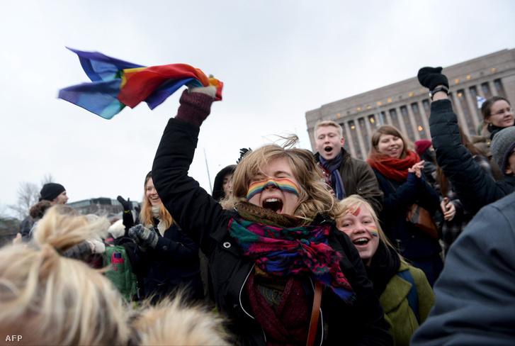 Ünneplő tömeg a törvény elfogadása után a finn parlament épülete előtt, 2014-ben.