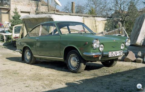 1996-ban vettük ketten egy barátommal ezt a Fiat 850 Sport Coupét, 400 ezer forintért. 80 ezer kilométer volt benne, esőt sose látott, az első tulaj özvegyétől került hozzánk. Itthon senki nem akarta megvenni, pedig csak azt szerettük volna, ha nem valami hülyegyerek veszi meg, szétpimpelni. Kivittük Németországba, a közvetítői tíz százalék levonása után is kaptunk érte 7650 márkát, azaz olyan nyolcszázezer forintot. Hiába látszott, hogy gararantált a kilométer, ezzel is kellett foglalkozni, mire prezentálható lett. Gumik, első függőcsapszegek, karburátorba tömítések, egy ízléses külső tükör, a műanyag Rallye-feliratú helyett - ez minimum kellett, pedig szemlátomást pénzt nem kímélve karbantartották