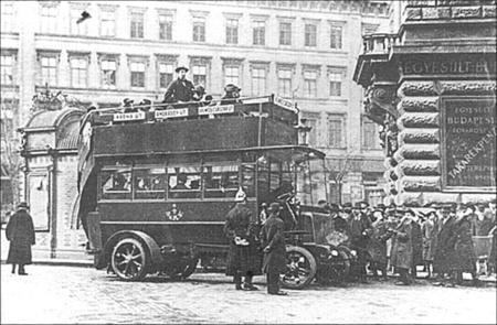 Az emeletes, akkumulátoros XX 1 forgalmi rendszámú, Austro-Daimler Tudor gyártmányú autóbusz az Andrássy úton, 1915 márciusában, az első budapesti buszjárat megnyitóján.