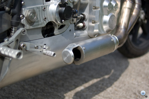 Turn out. A féloldalas kupak jobbra nyomja a gázt. Ha odahúzzuk neki, kilométerekkel odébb is elhajlanak a fűszálak. A közelben gyerekek dőlnek el