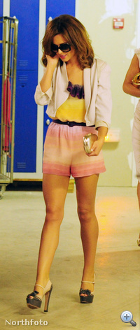 A fej és a lábak között valahol Cheryl Cole teste is biztos ott van.