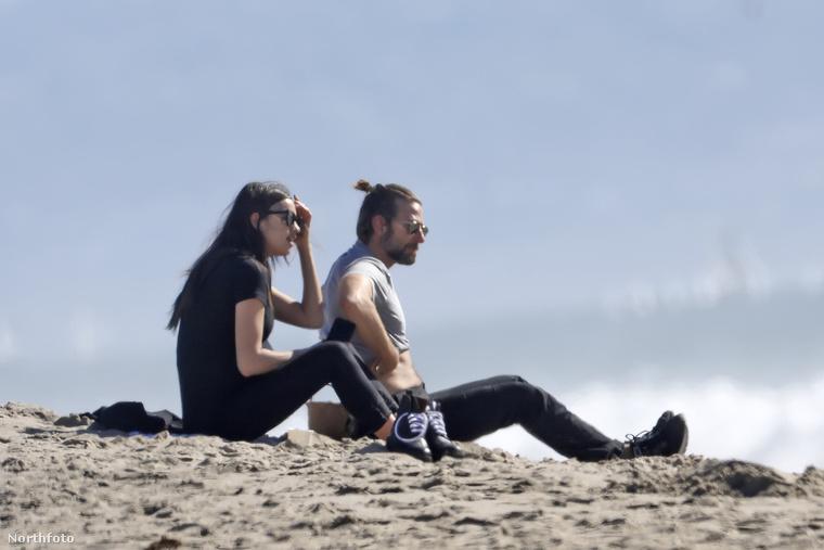 egy kis tengerparti romantikázással.Készüljön, mert Cooper a következő fotón már póló nélkül látható.